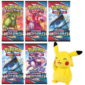 5 st. Pokemon Kaarten Sword & Shield Battle Styles Booster Packs + Pokémon Pikachu Knuffel 20 cm + Pikachu Sleutelhanger + 5 Pokemon Stickers!